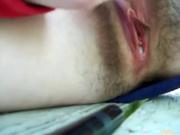 Крупный план любительской мастурбации волосатой киски синим вибратором