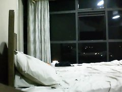Длинноногая индийская модель на домашнем свидании раздвинула ноги в постели