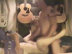 Любительская групповуха страстного музыканта с двумя молодыми поклонницами