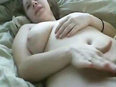 Грудастая леди с волосатой киской на вебкамеру занялась домашней мастурбацией