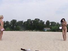 Любительское подглядывание за молодыми блондинкой и брюнеткой на пляже