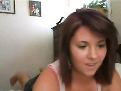 Смуглая красотка перед любительской вебкамерой примеряет купальник