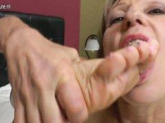 Непринуждённая любительская мастурбация зрелой блондинки с обвисшими сиськами
