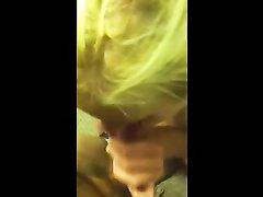 Шикарная блондинка крупным планом чеканит любительский минет приятелю