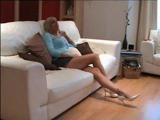 Фигуристая блондинка раздевшись делает домашний минет зрелому поклоннику
