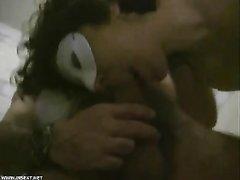 В ванной зрелая итальянка после любительской мастурбации трахается с соседом