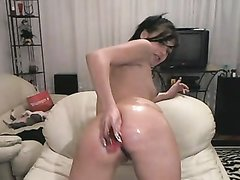 Брюнетка с маленькими сиськами на домашнюю вебкамеру мастурбирует анал