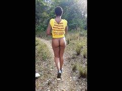 Любительское подглядывание за негритянкой гуляющей с обнажённой попой