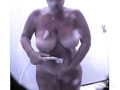 Любительское подглядывание в душе за грудастой зрелой толстухой с загаром