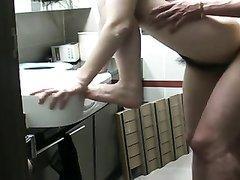 Скрытая камера снимает влюблённую азиатскую пару трахающуюся в ванной