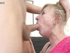 Зрелая блондинка сделав домашний минет с глубокой глоткой отдалась поклоннику