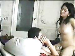 Темноволосая домохозяйка в постели делает минет и сидит на члене верхом