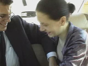 В машине зрелая брюнетка строчит домашний минет и даёт партнёру полизать киску