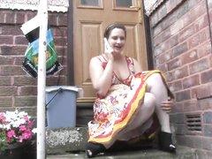 Любительское подглядывание под юбку длинноногой толстухи с широкими бёдрами