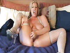 Зрелая блондинка в чулках в ходе домашней мастурбации достигла сквиртинга