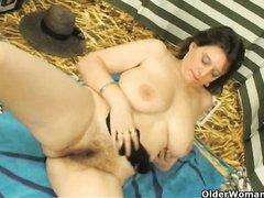 Пышная зрелая леди с большими сиськами обнажилась для любительской мастурбации