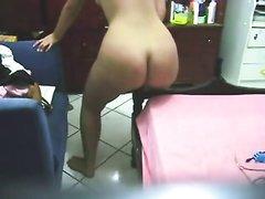 Молодая и аппетитная красотка с круглой попой позирует обнажённой по вебкамере