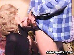 Зрелая блондинка перед скрытой камерой строчит любительский минет мужу