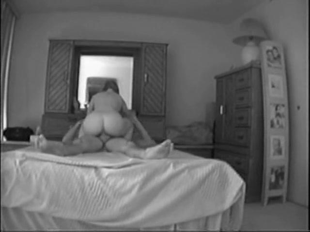 Подглядывание за грудастой зрелой домохозяйкой оседлавшей член после минета