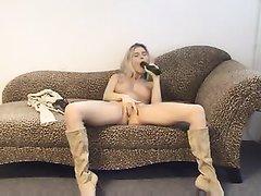 Худая блондинка обнажилась для домашней мастурбации с интимной игрушкой