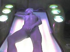 Подглядывание за домашней мастурбацией возбуждённой девушки в солярии