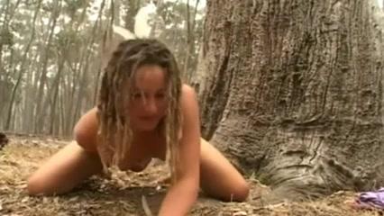 Стройная девушка с маленькими сиськами посетила лес для самоудовлетворения