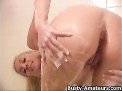 Сладкая блондинка занимается домашней мастурбацией бритой киски в ванной
