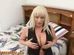 Шикарный домашний минет от первого лица сделала зрелая грудастая блондинка