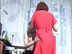 Зрелая русская домохозяйка с рыжими волосами соблазнила страстного студента