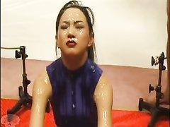 Любительское групповое окончание парней на лицо накрашенной азиатки
