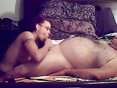 Рыжая студентка возле камерой строчит любительский минет зрелому толстяку