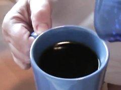 Зрелая немецкая дама дрочит член молодого любовника для окончания в кофе