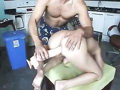 Опытный любовник мастурбирует киску загорелой дамы перед вебкамерой