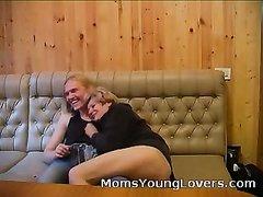 Молодой ловелас после домашнего минета умело овладел зрелой блондинкой