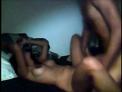 Молодая латинская пара перед домашней вебкамерой трахается на кровати