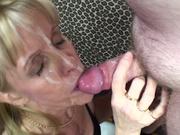 Нежная зрелая блондинка строчит любительский минет для окончания на лицо