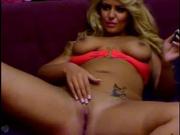 Зрелая блондинка перед домашней вебкамерой разделась и показывает фигуру
