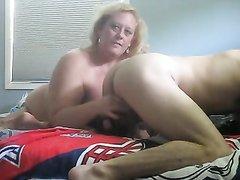 Зрелая блондинка перед скрытой камерой дрочит член и лижет анус любовника