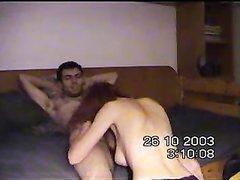 Рыжая модель перед домашней скрытой камерой отсосав член трахается с партнёром