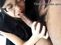 Молодая тайская азиатка в очках строчит любительский минет от первого лица