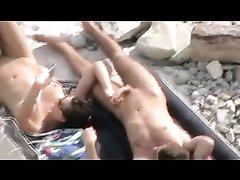 На пляже молодая жена делает любительский минет мужу перед скрытой камерой