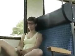 Возбуждённая леди раздвинув ноги предалась любительской мастурбации в вагоне