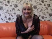 Раздевшись грудастая зрелая блондинка предалась домашней мастурбации