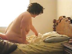 Зрелая толстуха перед камерой трахается на карачках с молодым любовником