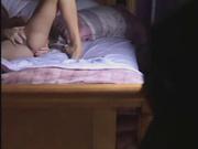 Подглядывание любительской мастурбации молодой развратницы на кровати