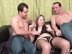 Зрелая француженка в домашней групповухе трахается с молодыми поклонниками