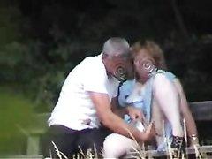 В парке чувак на скамейке радует зрелую красотку любительской мастурбацией