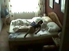 Подглядывание за зрелой дамой занявшейся любительской мастурбацией в спальне