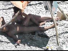 Любительское подглядывание на каменистом пляже за трахающейся парой