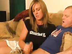 Рыжая красотка на диване с удовольствием дрочит член возбуждённого любовника